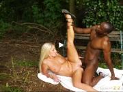 Горячая блондинка изменяет мужу с неграми